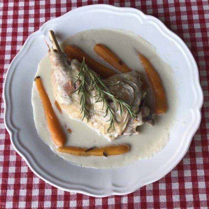 Blanquette de dinde avec des carottes dans un plat blanc
