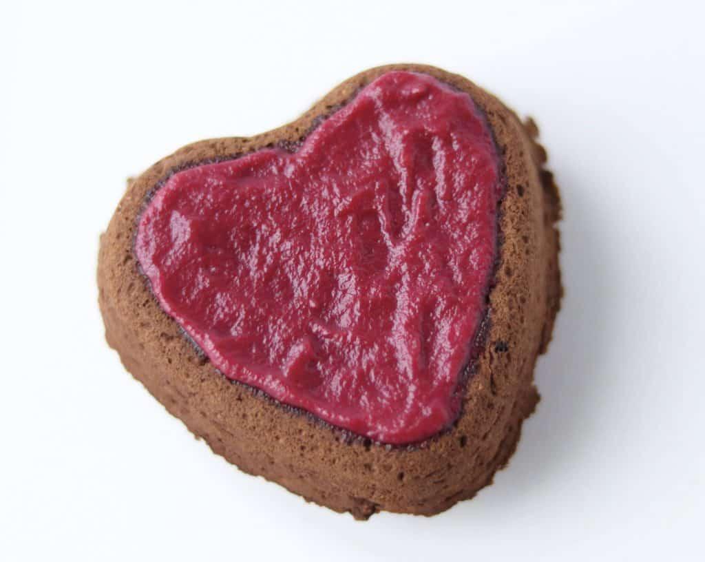 1 gâteau au chocolat en forme de coeur avec un glaçage rose