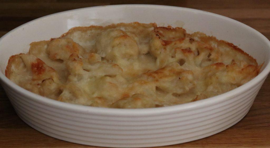 gratin de chou-fleur dans un plat à gratin blanc
