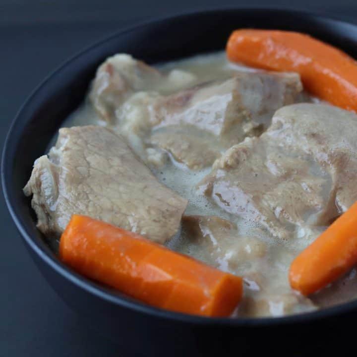 blanquette de veau et 3 carottes dans un bol noir
