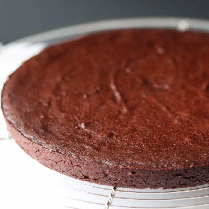 un fondant au chocolat sur une grille à pâtisserie