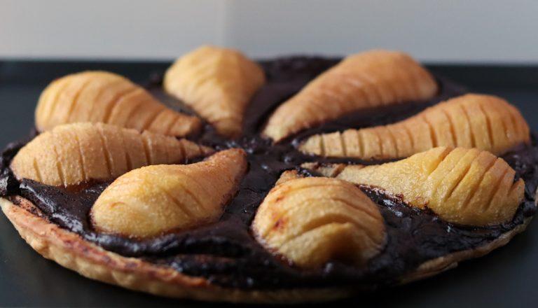 gros plan sur tarte poire chocolat