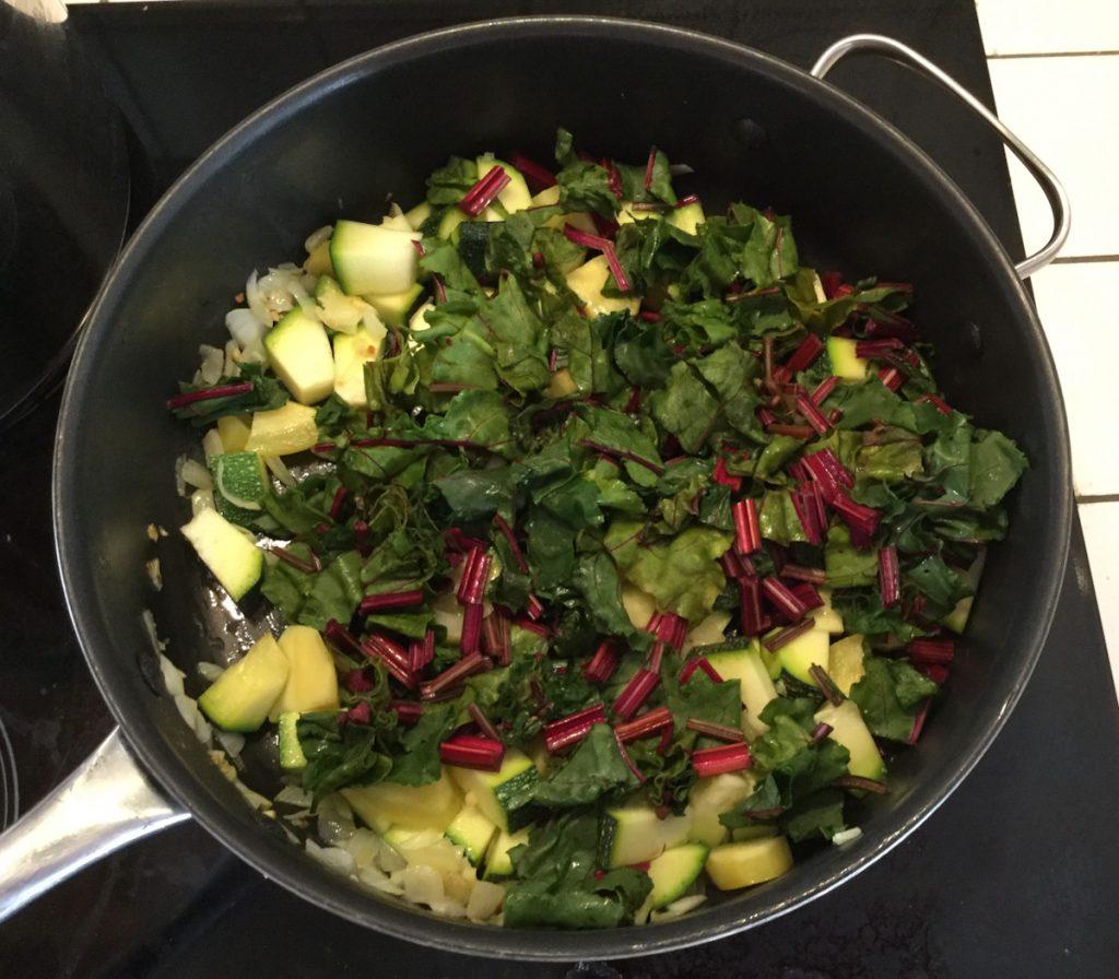 Des tiges de betterave dans une poêlée de légumes