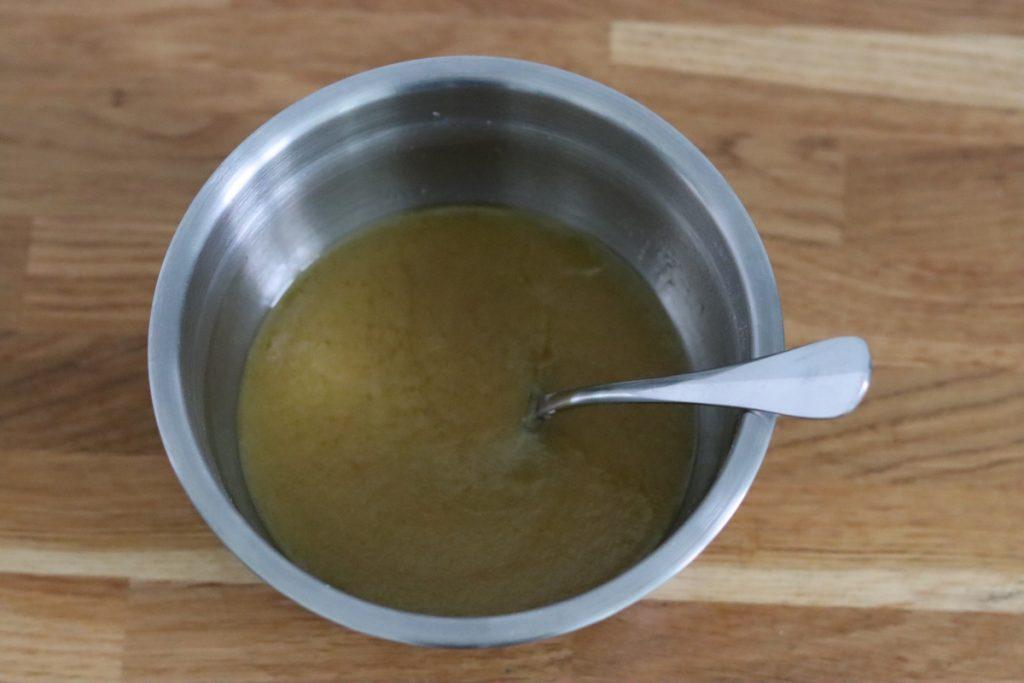 tous les ingrédients liquides de la recette mélangés dans un saladier