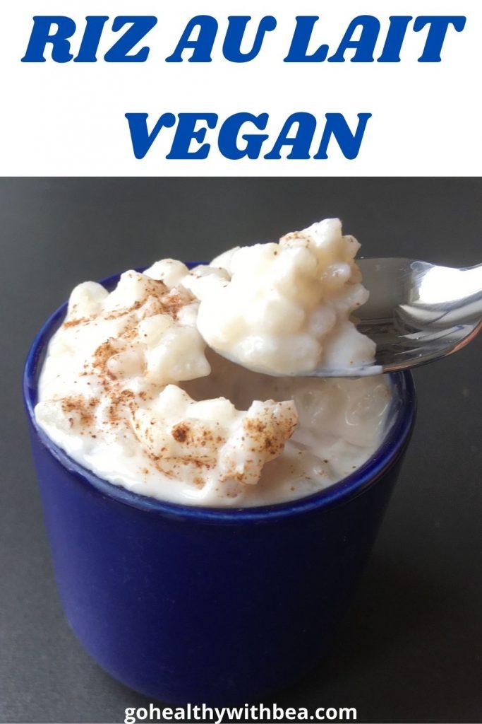 graphisme avec photo de riz au lait vegan et le titre écrit en bleu