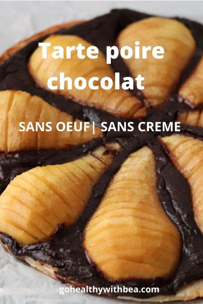 gros plan sur une tarte poire chocolat et le titre écrit par dessus
