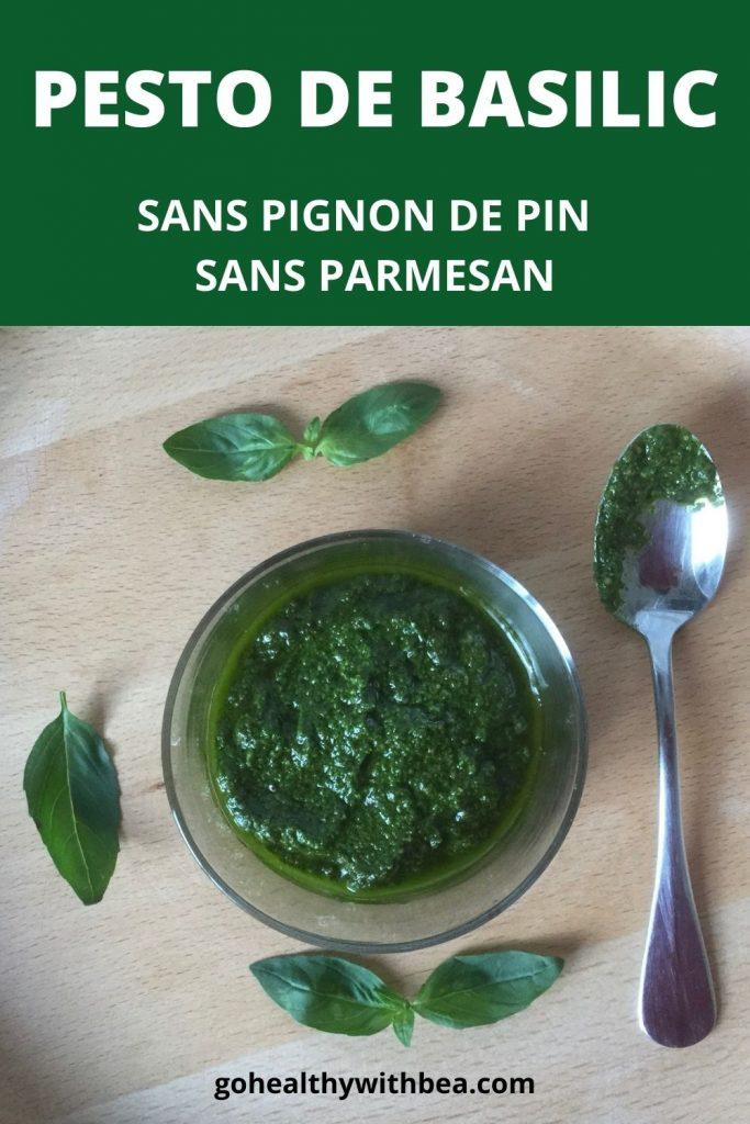 du pesto de basilic dans un pot en verre une cuillère et des feuilles de basilic tout autour