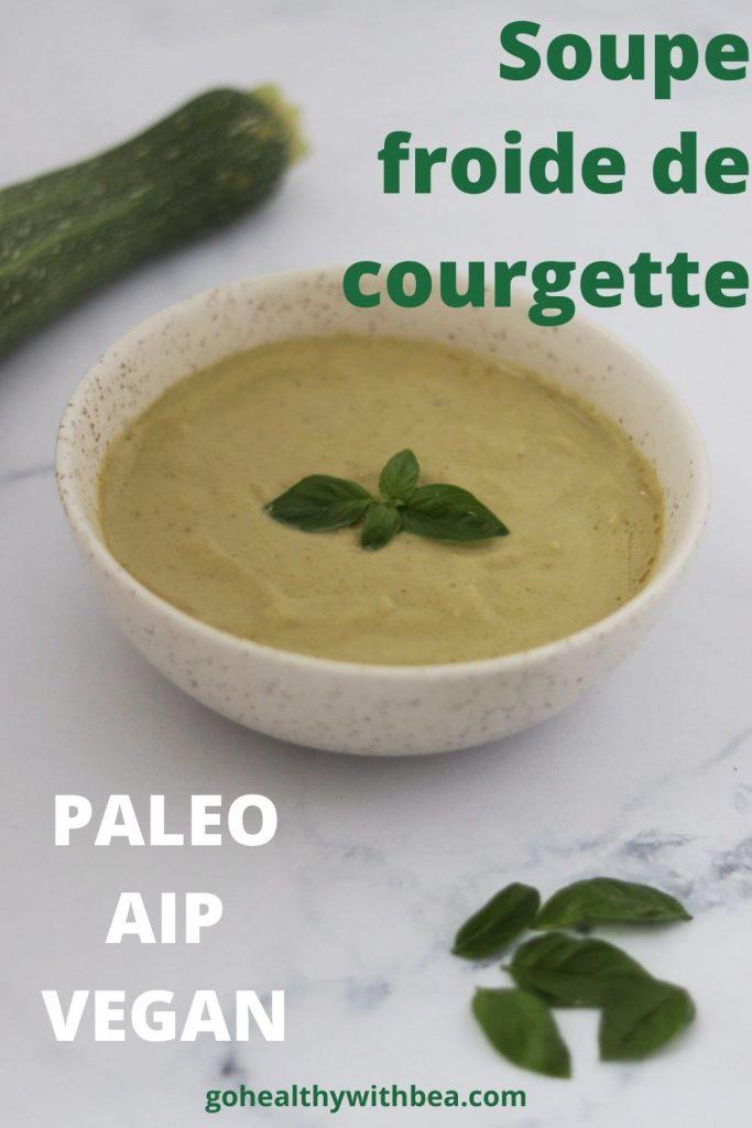 un bol de soupe froide de courgette avec des feuilles de basilic sur le dessus pour décorer